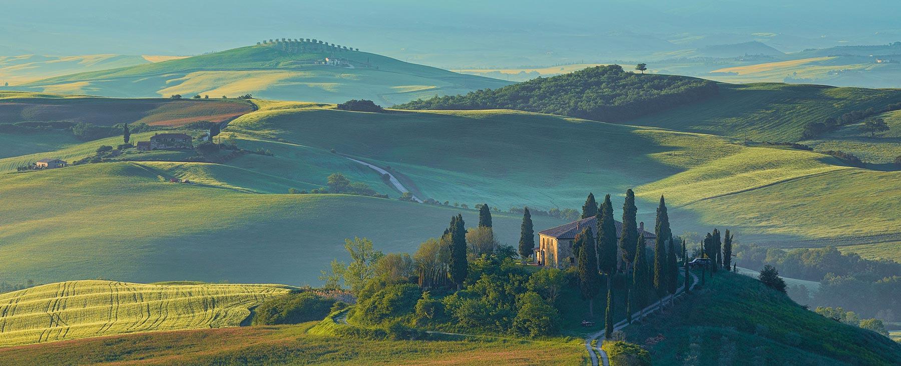 Nella cornice di parchi naturali disseminati nel centro Italia – dalla Toscana, all'Emilia Romagna, alla Liguria – prendono vita storie che parlano di mondi fantastici. Accampamenti medievali, enigmi e rovine da esplorare